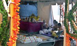 Hindu-priests1b