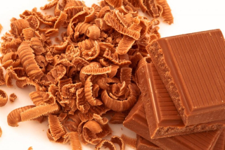 Chocolate-shavings-surrounding-a-pile-of-chocolate