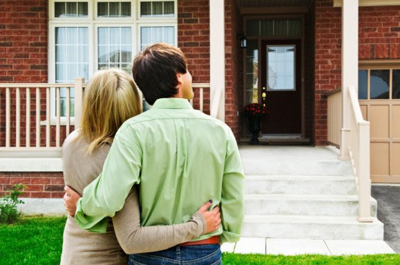 Couple-looking-at-a-home-579x383